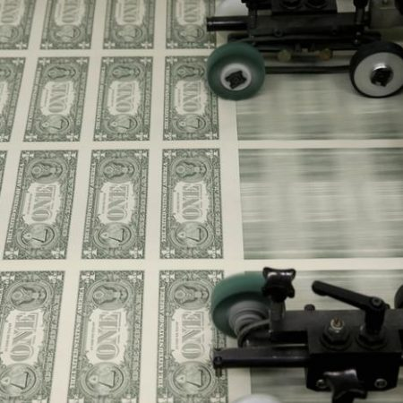 Dollar falls to more than 3-week low with payrolls in focus